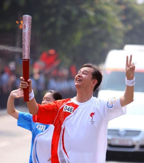 """图文-奥运圣火在桂林传递 求伯君仰望""""祥云"""""""