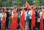 图文-奥运圣火在云南丽江传递 为四川遇难同胞默哀