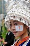 图文-奥运火炬在贵州省凯里市传递 小女孩奢华头饰