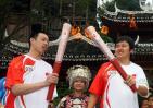 图文-奥运火炬在贵州省凯里市传递 杨旭夏海兵交接