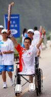 图文-北京奥运圣火贵州凯里传递 残疾人火炬手传递