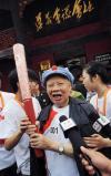 图文-北京奥运圣火在遵义传递 老红军接受采访