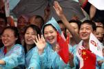 图文-奥运圣火在重庆万州传递 群众夹道欢迎圣火