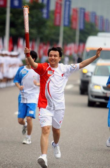 """图文-奥运圣火在重庆市区传递 韩曦晨""""展翅欲飞"""""""