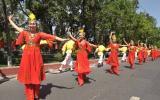 图文-奥运圣火在乌鲁木齐传递 群众载歌载舞