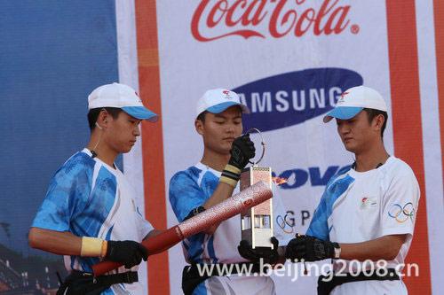 图文-奥运圣火在喀什传递 圣火护卫队点燃火炬