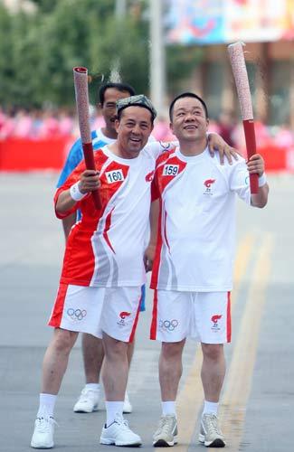 图文-北京奥运圣火在喀什传递 火炬手倍感光荣