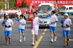 图文-奥运圣火在新疆石河子传递 神圣而欢庆的时刻