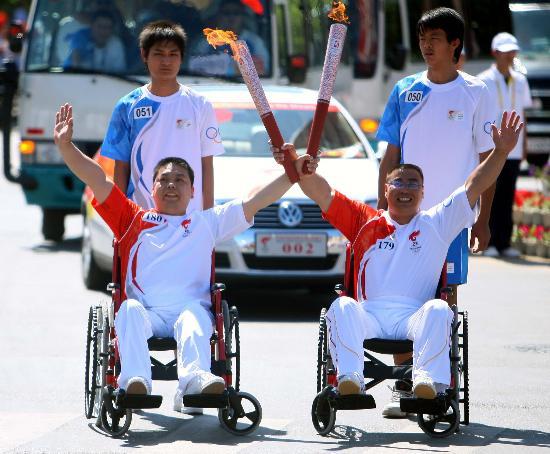 图文-奥运会圣火在新疆昌吉传递 张天鹏摆手势