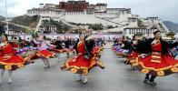 图文-北京奥运圣火在拉萨传递 藏族舞蹈喜迎祥云