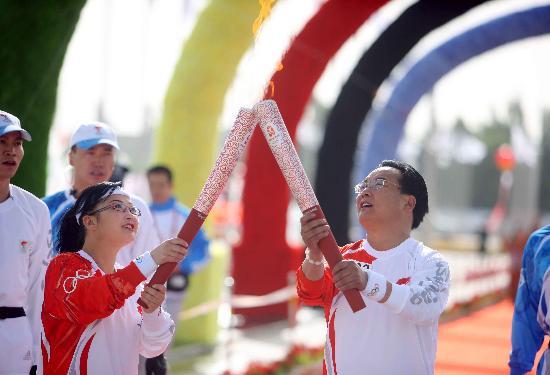 图文-北京奥运圣火在格尔木传递 刘盛春孟咏梅交接