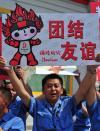 图文-北京奥运圣火在太原传递 工人为火炬加油