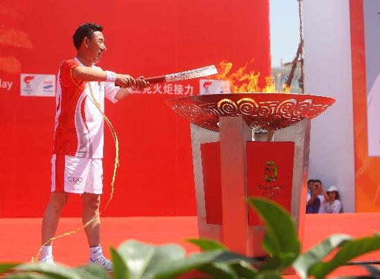 图文-奥运圣火在银川传递 火炬手王有德点燃圣火盆