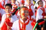 图文-奥运圣火在银川传递 小学生们表演迎接火炬