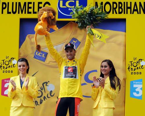 图文-2008环法自行车赛第一阶段黄衫在身美女相衬