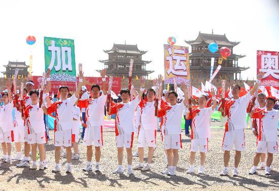图文-奥运圣火在甘肃嘉峪关传递 嘉峪关前展示火炬