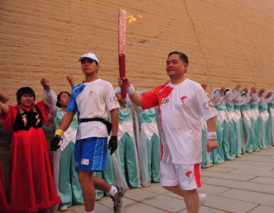 图文-北京奥运圣火在嘉峪关传递 手持火炬接受欢呼