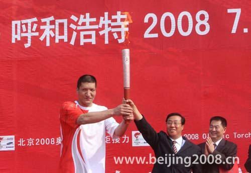 图文-奥运圣火在呼和浩特传递 巴特尔接过首棒