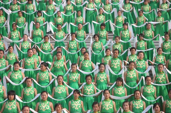 图文-奥运圣火呼和浩特传递 少年手捧哈达迎圣火