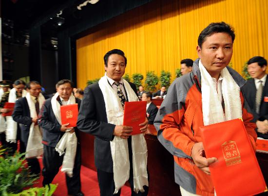 图文-西藏举行火炬珠峰传递表彰大会 接受荣誉证书
