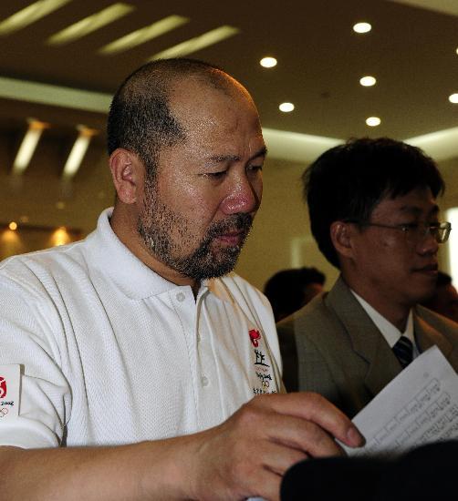 图文-火炬接力珠峰传递表彰大会举行 认真阅稿