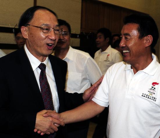 图文-火炬接力珠峰传递表彰大会举行 亲切慰问
