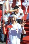图文-奥运圣火齐齐哈尔传递 刘艳灿烂微笑传递火炬