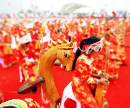 图文-2008把马头琴齐奏迎圣火 一片红色的海洋