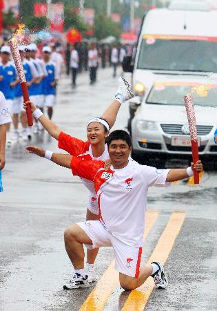 图文-奥运圣火在延吉传递 吉林站最耀眼的造型