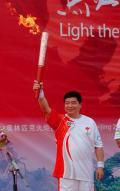 图文-奥运圣火在鞍山传递 王义夫领衔鞍山第一棒