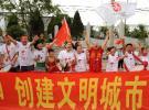 图文-奥运圣火在鞍山传递 热情洋溢的鞍山市民