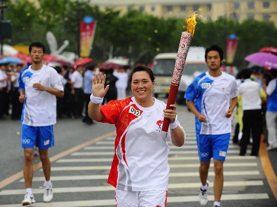图文-北京奥运圣火在大连传递 奥运冠军丁美媛