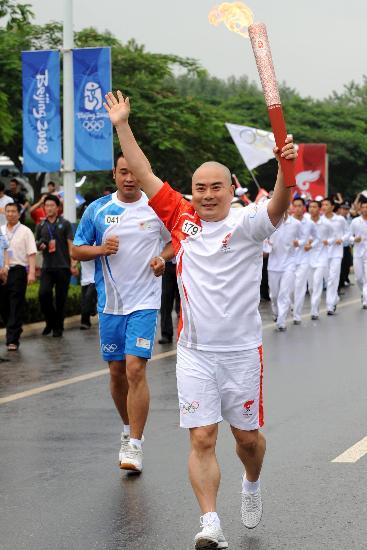 图文-北京奥运圣火在大连传递 杨赤高举火炬传递
