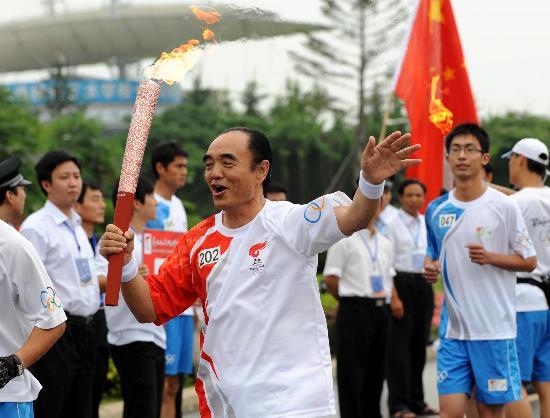图文-北京奥运圣火在大连传递 李大帅找回昔日风采