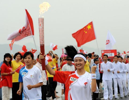 图文-奥运圣火在大连传递 火炬手刘温馨鼓劲儿