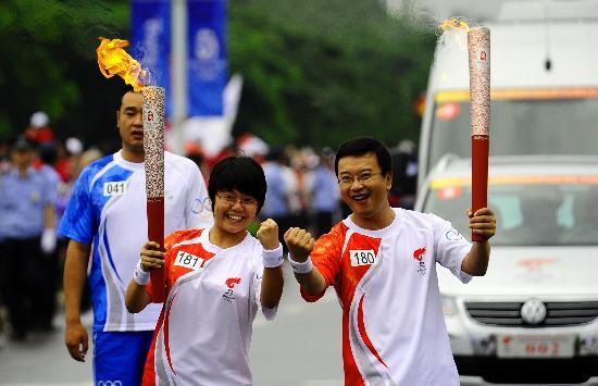 图文-北京奥运圣火在大连传递 羊维瓒叶欣昕交接
