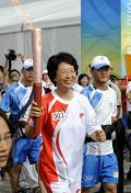 图文-奥运圣火在青岛传递 火炬手臧爱民微笑传圣火