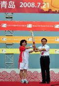 图文-奥运圣火在青岛传递 起跑仪式上民示火炬