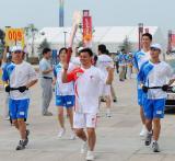 图文-奥运圣火在青岛传递 江和平正在传递圣火