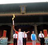 图文-奥运圣火在曲阜传递 孔子后代担当首棒火炬手