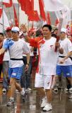 图文-北京奥运圣火在曲阜传递 宫治华挥手致意