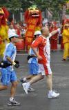 图文-奥运圣火在济南传递 火炬手叶爱群手持火炬