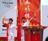 图文-奥运圣火在济南传递 郭晶晶王峰高举火炬
