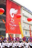 图文-奥运圣火在济南传递 市民高举花环加油