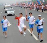 图文-奥运圣火在济南传递 岳喜星手持火炬传递