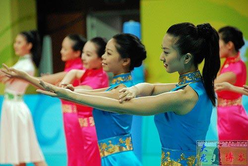 图文-奥运颁奖礼仪志愿者风采 翩翩起舞体态婀娜