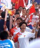 图文-北京奥运圣火在郑州传递 海霞接过下一棒