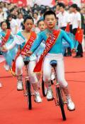 图文-北京奥运圣火在郑州传递 小演员独轮车表演