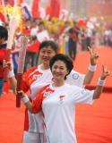 图文-北京奥运圣火在郑州传递 两人交接颇为默契