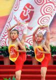 图文-北京奥运圣火在郑州传递 少林功夫名震天下